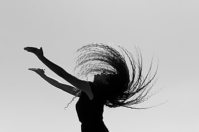 Woman head banging with long hair  - p1150m1424786 by Elise Ortiou Campion