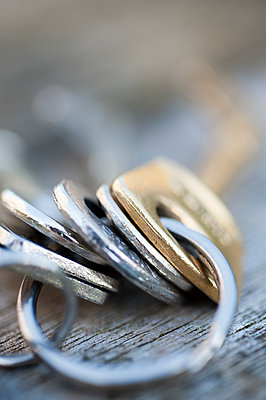 Silver and brass coloured keys on a keyring. - p1433m2008707 by Wolf Kettler