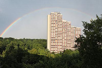 Deutschland, Berlin, Platz der Vereinten Nationen, Hochhaus und Regenbogen - p1519m2159002 von Soany Guigand