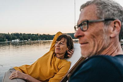 Reifes Paar entspannt am Baldeneysee - p586m1171965 von Kniel Synnatzschke