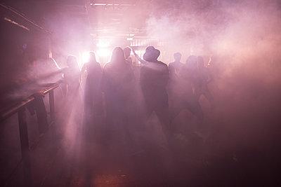 Gegenlicht im Club, Tänzer - p941m1225770 von lina gruen