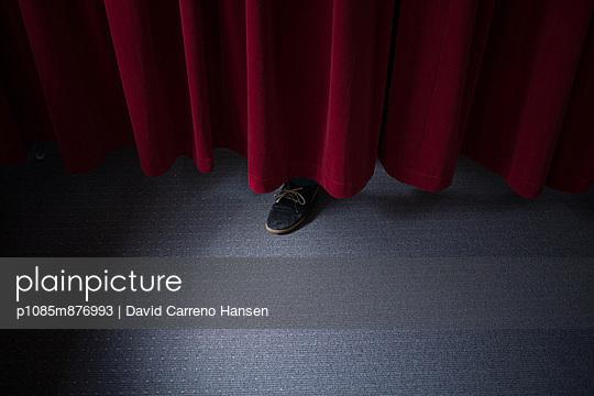 Schuh unterm Vorhang - p1085m876993 von David Carreno Hansen