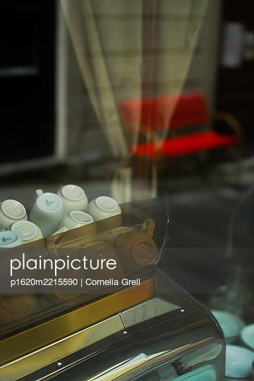 Kaffeetassen in italienischem Cafe - p1620m2215590 von Cornelia Greil