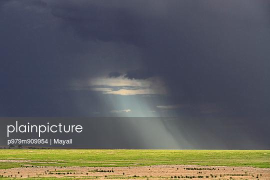 Storm over farmland - p979m909954 von Mayall