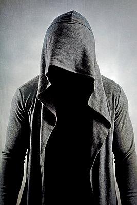 Gesichtsloser Mann mit Kapuzenjacke - p1248m1332499 von miguel sobreira