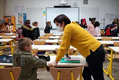 Primary school during coronavirus crisis in France - p1610m2215558 by myriam tirler