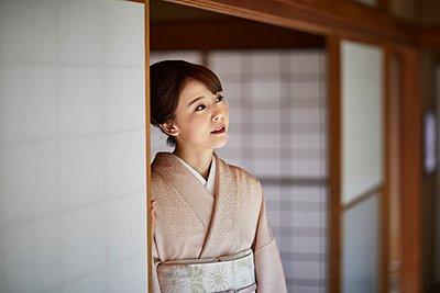 Young Japanese woman wearing traditional kimono - p307m2135280 by Yosuke Tanaka