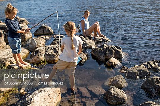 Mutter mit Kindern am See - p1355m1574080 von Tomasrodriguez