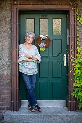 Ältere Frau vor der Haustür - p1221m1585957 von Frank Lothar Lange