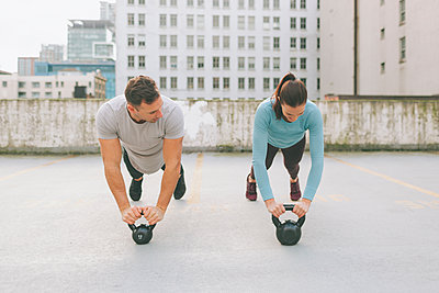Man and woman exercising in the city, Vancouver, Canada - p300m2170478 by Crystal Sing