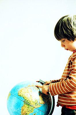 Junge und Globus - p879m700931 von nico