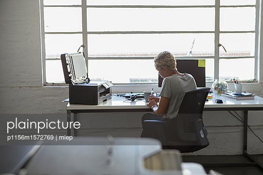 Frau am Arbeitsplatz - p1156m1572769 von miep