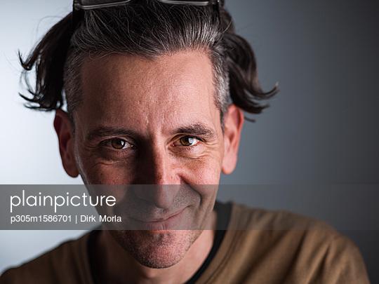 Porträt eines grauhaarigen Mannes - p305m1586701 von Dirk Morla