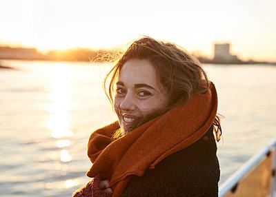 Junge Frau auf der Elbfähre - p1124m1123270 von Willing-Holtz
