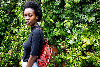 African woman with backpack, portrait - p1640m2260052 by Holly & John