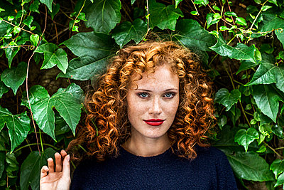 Portrait of redheaded young woman with red lips - p300m1505396 by Jo Kirchherr