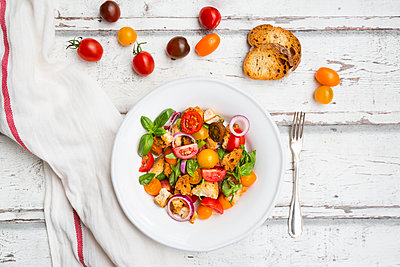 Panzanella made of roasted Ciabatta, rocket, red onions, tomatoes and basil - p300m2004604 by Larissa Veronesi