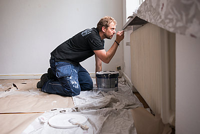 Man painting wall - p312m2191035 by Viktor Holm