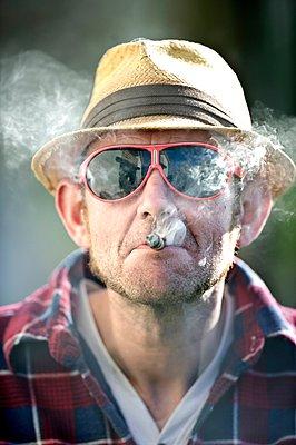 Portrait of man with cigarette - p896m959373 by Koen Verheijden