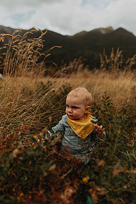 Baby exploring wilderness, Queenstown, Canterbury, New Zealand - p924m2098105 by Peter Amend