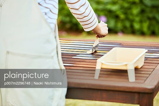 Japanese woman working in the garden - p307m2296748 by Naoki Nishimura