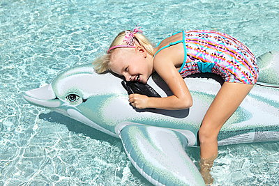 Girl playing with an inflatable toy - p045m907334 by Jasmin Sander