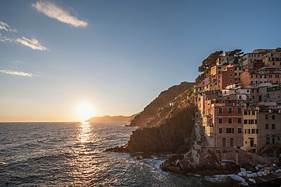 Elevated view of manarola village and Mediterranean at sunset, Cinque Terre, Italy - p429m1095256f by Lost Horizon Images