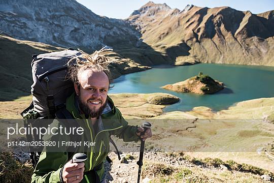 Junger Wanderer an Bergsee - p1142m2053920 von Runar Lind