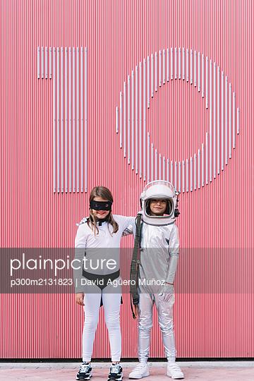 Two kids in astronaut and superhero costumes - p300m2131823 by David Agüero Muñoz