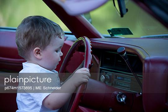 Kind im Auto - p674m1573895 von ME Schneider