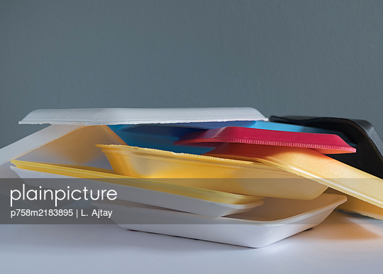 Plastic waste, colourful meat trays - p758m2183895 by L. Ajtay