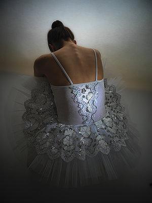 Rückansicht einer Ballerina - p1376m1586128 von Melanie Haberkorn