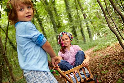 Children playing in forest - p300m2180031 by Stefanie Aumiller