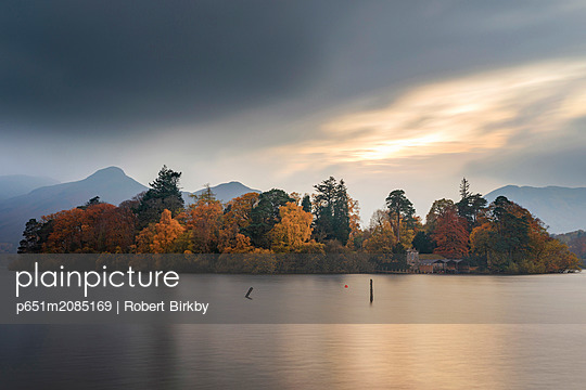 England, Cumbria, Keswick. Derwent Isle and Derwent Water in autumn - p651m2085169 by Robert Birkby