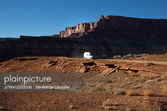 Van auf Schotterpiste vor einer Felsformation, Utah, USA - p756m2253330 von Bénédicte Lassalle