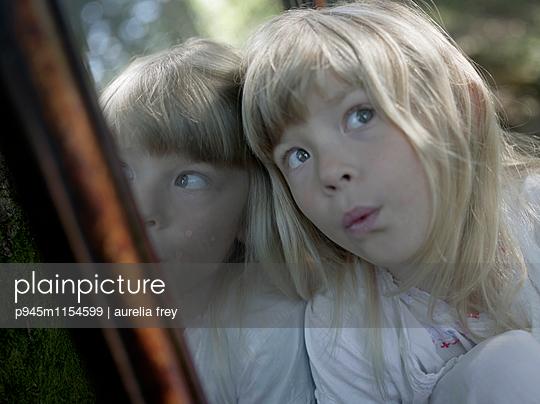 Spiegelbild eines blonden Mädchens - p945m1154599 von aurelia frey