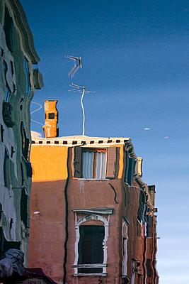 Spiegelung eines Hauses im Wasser - p1032m1110685 von Fuercho