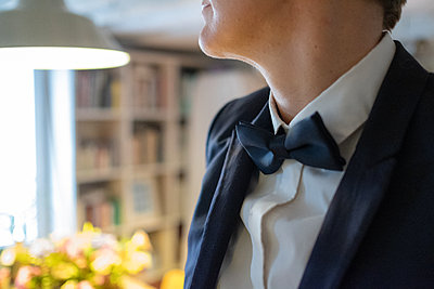 Man wearing suit and bow tie - p1532m2090273 by estelle poulalion