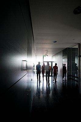 Business people walking at office corridor - p300m2281538 by Buero Monaco