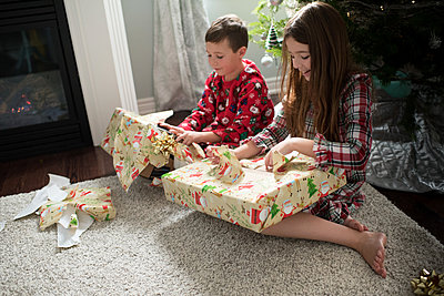 Brother and sister opening christmas presents - p924m1224736 by Jessica Lee Photography