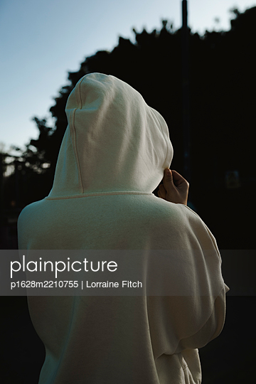 Teenage girl in hooded shirt, rear view - p1628m2210755 by Lorraine Fitch