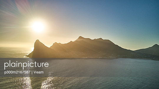 South Africa, Aerial view of Hout Bay from Chapmans Peak at sunset - p300m2167587 by Veam