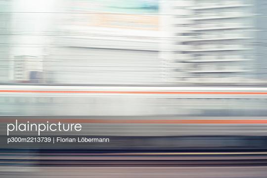 Japan, Tokyo, view to skysrapers, long exposure - p300m2213739 by Florian Löbermann
