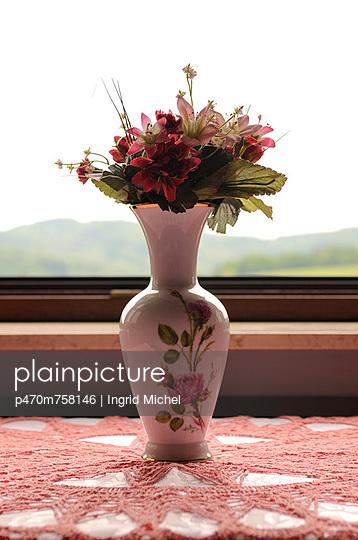 Plastikblumen - p470m758146 von Ingrid Michel