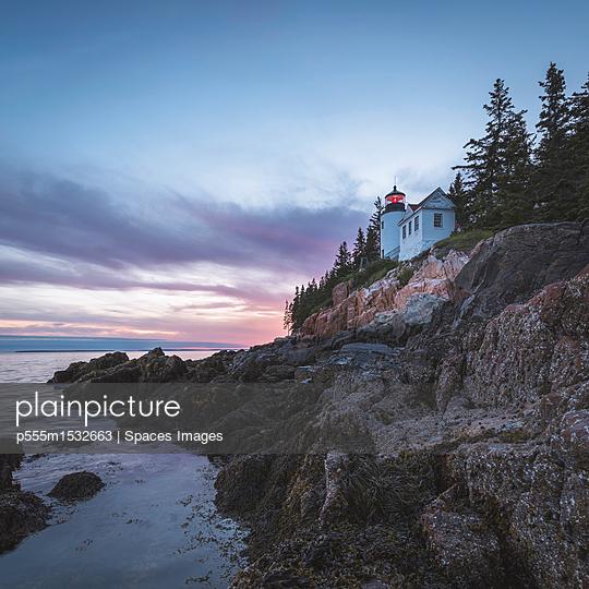 plainpicture | Photo library for authentic images - plainpicture p555m1532663 - House on cliff near ocean a... - plainpicture/Blend Images/Spaces Images