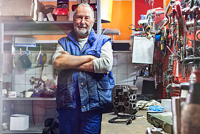 Portrait confident senior male motorcycle mechanic in workshop - p1023m1443956 by Agnieszka Olek