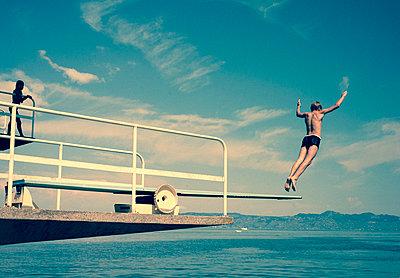 Sprung ins Wasser - p567m1212501 von Alexis Bastin