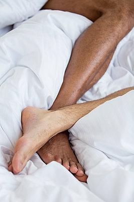 Schwules Paar im Bett - p787m2115297 von Forster-Martin
