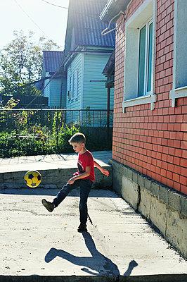 Boy playing football - p1412m2030777 by Svetlana Shemeleva