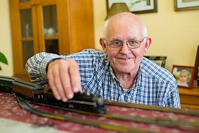 Portrait of smiling senior man with his model railway - p300m1140613 by Ramon Espelt
